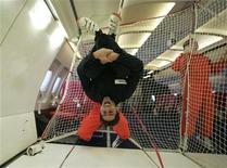 <p>Journaliste de Reuters lors d'un vol d'essai au-dessus de Bordeaux. Après quatre ans de préparation, le Centre national d'études spatiales (Cnes) a annoncé lundi le lancement de vols en apesanteur ouverts au grand public à partir du 15 mars 2013, à 5.980 euros pour 2h30 de vol et cinq minutes cumulées en apesanteur. En 2013 et 2014, trois vols par an seront proposés à 40 aventuriers de l'espace répartis dans quatre cabines à bord d'un Airbus A300 Zero-G réaménagé pour des vols paraboliques. /Photo d'archives/REUTERS/Tim Hepher</p>