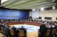 <p>Les ministres des Affaires étrangères des 28 Etats membres de l'Otan ont donné mardi leur feu vert au déploiement de missiles Patriot pour renforcer les défenses turques à la frontière syrienne. Ankara, qui redoute des tirs de missiles ou même le recours à des armes chimiques de la part de Damas, en avait fait la demande le mois dernier. /Photo prise le 4 décembre 2012/REUTERS/Yves Herman</p>