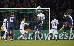 <p>Le Parisien Thiago Silva (à droite), ouvre le score contre Porto, mardi au Parc des Princes. Le PSG a battu le FC Porto 2-1, ravissant ainsi aux Portugais la tête du groupe A de la Ligue des champions. Cette position permettra au club de la capitale d'éviter notamment le FC Barcelone et Manchester United en huitièmes de finale. /Photo prise le 4 décembre 2012/REUTERS/Charles Platiau</p>