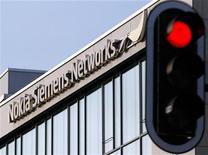 <p>Nokia Siemens Networks va fermer sa filiale de services allemande déficitaire, dans le cadre d'une refonte générale des activités de la coentreprise équipementière des télécoms. /Photo d'archives/REUTERS/Michael Dalder</p>