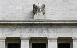 """<p>Foto de archivo de una escultura de un águila en el frontis del edificio de la Reserva Federal en Washington, ago 1 2012. La Reserva Federal anunciaría una nueva ronda de compras de bonos del Tesoro cuando se reúna la próxima semana y evitaría un endurecimiento de la política monetaria para mantener el apoyo a la débil economía estadounidense, en medio de incertidumbres sobre el inminente """"abismo fiscal"""" de fin de año. REUTERS/Larry Downing</p>"""