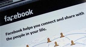 <p>Foto de archivo de la pantalla de inicio del sitio web Facebook visto en un ordenador en Múnich, Alemania, feb 2 2012. Facebook Inc comenzó a desplegar el miércoles una serie de nuevos controles de privacidad, en el más reciente esfuerzo de la compañía por solucionar las preocupaciones de los usuarios sobre quién puede ver su información personal en la red social más grande del mundo. REUTERS/Michael Dalder</p>