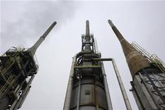 <p>La raffinerie Petroplus de Petit-Couronne, près de Rouen (Seine-Maritime), arrêtée début 2012 et placée en redressement judiciaire après le dépôt de bilan du groupe suisse Petroplus, va être mise à l'arrêt progressivement à partir de ce jeudi. /Photo prise le 24 février 2012/REUTERS/Philippe Wojazer</p>