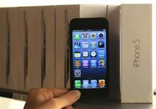 <p>Le service de navigation de Google est de nouveau disponible sur l'iPhone, quatre mois après son remplacement par le propre service de cartographie d'Apple, dont les ratés ont suscité le mécontentement de ses utilisateurs et, fait rarissime, des excuses publiques du patron du groupe de Cupertino Tim Cooks. /Photo d'archives/REUTERS/Yves Herman</p>