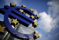 <p>Dans son bulletin mensuel, la Banque centrale européenne annonce que l'économie de la zone euro devrait rester anémique et ne prendre le chemin de la reprise qu'à partir de la deuxième partie de l'année 2013. /Photo prise le 6 décembre 2012/REUTERS/Lisi Niesner</p>