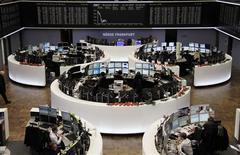 <p>Les marchés européens évoluent en légère baisse à la mi-journée, la crainte d'un enlisement des négociations sur le front du mur budgétaire occultant les annonces faites la veille par la Réserve fédérale. Le CAC 40 est stable (-0,06%), tandis que le Footsie 100 abandonne 0,24% et que le Dax se replie de 0,33%. /Photo prise le 13 décembre 2012/REUTERS/Remote/Pawel Kopczynski</p>