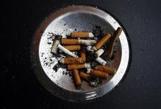 <p>Selon la Cour des comptes, la politique antitabac en France n'est pas à la hauteur des dégâts sanitaires et financiers causés par le tabagisme, qui progresse à nouveau, en particulier chez les femmes, les jeunes et les personnes les plus pauvres. /Photo d'archives/REUTERS/Susana Vera</p>