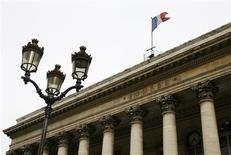 <p>La Bourse de Paris est peu changée à la mi-séance, avec des volumes qui restent étriqués. Vers 13h35, le CAC 40 cède 0,12% à 3.642,25 points, après avoir touché un nouveau plus haut de l'année à 3.659,10 points qui le rapproche davantage encore de ses plus hauts de fin juillet 2011. /Photo d'archives/REUTERS/John Schults</p>