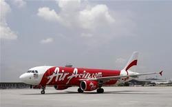 <p>La compagnie malaisienne AirAsia a commandé en novembre 100 monocouloirs Airbus A320, dont 64 unités de l'A320neo, sa version améliorée. /Photo prise le 21 mars 2012/REUTERS/Tim Chong</p>