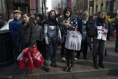 <p>Les ventes ont détail ont augmenté de 0,3% en novembre aux Etats-Unis, ce qui pourrait laisser entendre que l'amélioration continue de la situation sur le marché du travail incite les consommateurs à acheter davantage au quatrième trimestre. /Photo prise le 23 novembre 2012/REUTERS/Keith Bedford</p>