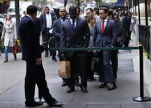 <p>Devant l'entrée d'une foire à l'emploi à New York. Les inscriptions hebdomadaires au chômage ont nettement diminué aux Etats-Unis lors de la semaine au 8 décembre, à 343.000, au plus bas depuis la semaine du 6 octobre, contre 372.000 (révisé) la semaine précédente. /Photo prise le 24 octobre 2012/REUTERS/Mike Segar</p>