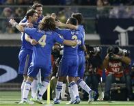 <p>Chelsea s'est aisément qualifié pour la finale de la Coupe du monde des clubs de football en battant Monterrey 3-1, jeudi, au Japon. Le club anglais rencontrera dimanche en finale les Brésiliens du Corinthians. /Photo prise le 13 décembre 2012/REUTERS/Toru Hanai</p>