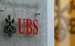 <p>UBS va devoir payer une amende cumulée d'environ un milliard de dollars dans le cadre d'un accord avec les autorités américaines et britanniques visant à mettre un terme aux poursuites engagées à son encontre dans le cadre de l'enquête relative à la manipulation du Libor, selon une source proche du dossier. /Photo prise le 4 décembre 2012/REUTERS/Arnd Wiegmann</p>