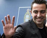 <p>Le milieu de terrain du FC Barcelone Xavi, qui aura 33 ans fin janvier, a dit être tout proche d'un accord sur un nouveau contrat avec le club catalan, où il est arrivé à l'âge de 11 ans et a passé toute sa carrière. /Photo prise le 26 octobre 2012/REUTERS/Felix Ordonez</p>