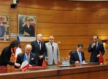 """<p>Le ministre des Affaires étrangères Laurent Fabius (2e à gauche), le Premier ministre français Jean-Marc Ayrault (3e à gauche), son homologue marocain Abdelilah Benkirane (au centre) et le chef de la diplomatie du Maroc Saad-Eddine El-Othmani (2e à droite) lors d'une rencontre officielle à Rabat. En visite de deux jours dans le royaume chérifien, Jean-Marc Ayrault a vanté la """"colocalisation"""" industrielle, un partenariat qui permettrait à la France de faire au Maghreb ce que l'Allemagne a réalisé avec les pays de l'Est après la chute du Mur de Berlin. /Photo prise le 13 décembre 2012/REUTERS</p>"""