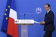 <p>Arrivée de François Hollande en conférence de presse à Bruxelles. Les dirigeants de l'Union européenne ont acté dans la nuit de jeudi à vendredi une feuille de route pour le renforcement de leur intégration jusqu'aux élections européennes de 2014, après quoi ils pourraient être amenés à réviser les traités européens. /Photo prise le 14 décembre 2012/REUTERS/Eric Vidal</p>