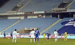 <p>Tribunes vides à Furiani lors du match de Ligue 1 à huis clos entre Bastia et Marseille. Le stade Armand-Césari de Bastia a été suspendu à titre conservatoire à la suite d'incidents à répétition qui ont instauré, selon la Ligue de football professionnel (LFP), un climat d'insécurité autour de l'enceinte de Furiani. /Photo prise le 12 décembre 2012/REUTERS/Pierre Murati</p>