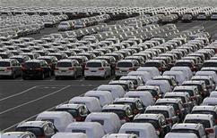 <p>Les immatriculations de voitures neuves ont diminué de 10,3% en novembre dans l'Union européenne, baissant ainsi pour le quatorzième mois d'affilée avec notamment une chute des ventes de Renault (-27,7%) et de PSA Peugeot Citroën (-15,6%), selon l'Association des constructeurs européens d'automobiles (Acea). /Photo d'archives/REUTERS/Jose Manuel Ribeiro</p>