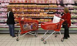 <p>Dans un supermarché de Lisbonne. Les prix à la consommation dans la zone euro ont baissé de 0,2% en novembre sur un mois, les Européens étant notamment réticents à faire des dépenses de loisirs -voyages, restaurants- dans un contexte de déprime de la conjoncture. /Photo prise le 18 octobre 2012/REUTERS/Jose Manuel Ribeiro</p>