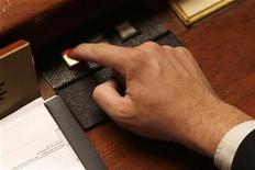 <p>Les députés français ont adopté en nouvelle lecture le projet de loi de finances pour 2013, que le Sénat examinera à nouveau à son tour mercredi prochain. /Photo d'archives/REUTERS/Charles Platiau</p>