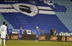 <p>Lors du match de Ligue 1 à huis clos entre Bastia et Marseille, mercredi. Jo Bonavita, figure historique du Sporting club de Bastia, a entamé une grève de la faim pour protester contre la suspension à titre conservatoire du stade de Furiani. /Photo prise le 12 décembre 2012/REUTERS/Pierre Murati</p>