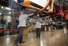<p>L'indice mesurant la croissance du secteur manufacturier aux Etats-Unis a progressé en décembre à un rythme inattendu et le plus soutenu depuis avril, porté par la demande locale et les exportations, selon les résultats préliminaires de l'enquête Markit. /Photo prise le 7 novembre 2012/REUTERS/Rebecca Cook</p>