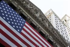 """<p>Wall Street a ouvert la dernière séance de la semaine en recul, réagissant notamment à la publication de plusieurs statistiques américaines publiées avant l'ouverture et à l'incapacité des dirigeants américains à trouver rapidement un accord sur le """"mur budégtaire"""". Dans les premiers échanges, le Dow Jones perdait 0,07%, le S&P-500 reculait de 0,26% et le Nasdaq cédait 0,54%. /Photo d'archives/REUTERS/Jessica Rinaldi</p>"""