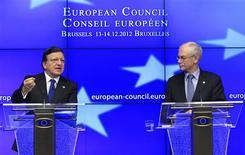 <p>Le président de la Commission européenne José Manuel Barroso (à gauche) et celui du Conseil européen Herman Van Rompuy. Les dirigeants de l'Union européenne ont fait un nouveau pas vers davantage de coordination économique en actant le principe de nouveaux instruments, mais leur appréciation sur la suite et l'issue de la crise de la zone euro divergent encore. /Photo prise le 14 décembre 2012/REUTERS/Yves Herman</p>