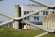<p>La population pénitentiaire en France a atteint un nouveau record avec 67.674 détenus au 1er décembre pour environ 57.000 places, selon les statistiques officielles mensuelles de l'administration. /Photo d'archives/REUTERS/Benoît Tessier</p>