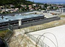 <p>Le tribunal administratif de Marseille a ordonné vendredi une remise en état partielle de la prison des Baumettes pour remédier à son insalubrité. /Photo d'archives/REUTERS/Philippe Laurenson</p>
