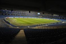 <p>L'Etihad Stadium, l'enceinte du club de football Manchester City. Sacré champion d'Angleterre en mai dernier, le club britannique, propriété du cheikh Mansour d'Abou Dhabi, a divisé ses pertes par deux, à 97.9 millions de livres (120 millions d'euros), sur l'exercice 2011-2012 à la faveur d'un bond de ses recettes commerciales. /Photo prise le 3 janvier 2012/REUTERS/Nigel Roddis</p>