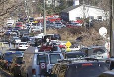 <p>Aux abords de l'école élémentaire de Newtown, petite ville américaine du Connecticut. Au moins 27 personnes, dont 18 enfants, ont été tuées vendredi dans une fusillade. /Photo prise le 14 décembre 2012/REUTERS/Michelle McLoughlin</p>