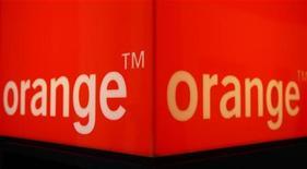 <p>Orange, la filiale de téléphonie mobile de France Télécom, a racheté l'opérateur de réseau mobile virtuel (MVNO) espagnol Simyo pour un montant non dévoilé. /Photo d'archives/REUTERS/Christian Hartmann</p>