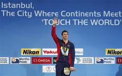 """<p>L'Américain Ryan Lochte s'est offert la médaille d'or et un nouveau record du monde sur 200 m quatre nages, en une minute 49""""63, aux championnats du monde de natation en petit bassin à Istanbul, en Turquie. /Photo prise le 14 décembre 2012/REUTERS/Murad Sezer</p>"""