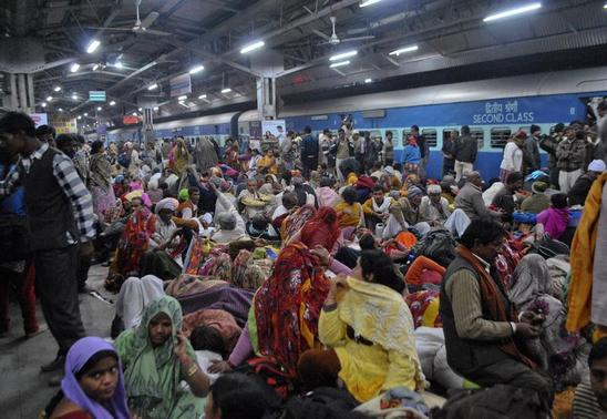 Passengers crowd together at a platform after part of a railing from a bridge collapsed at Allahabad railway station February 10, 2013. REUTERS/Stringer
