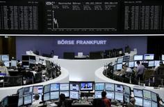Les principales Bourses européennes perdent toujours du terrain mardi à mi-séance. À Paris, le CAC 40 recule de 0,52% à 4.396,18 points vers 12h00 GMT. À Francfort, le Dax cède 0,47% et à Londres, le FTSE 0,94%, alourdi par les valeurs minières. /Photo prise le 25 février 2014/REUTERS