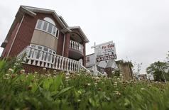 Le prix des maisons invididuelles aux Etats-Unis a augmenté en décembre légèrement plus que ce qui était attendu (+0,8% contre un consensus de 0,6%), selon l'enquête mensuelle S&P/Case-Shiller. /Photo d'archives/REUTERS/Shannon Stapleton