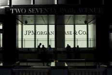 JPMorgan Chase a revu à la baisse son objectif de rentabilité et entend supprimer 5.000 postes cette année. /Photo d'archives/REUTERS/Eduardo Munoz