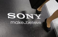 La division électronique grand public de Sony a annoncé mercredi la fermeture de 20 magasins aux Etats-Unis et la suppression de 1.000 emplois dans le cadre d'une restructuration visant à limiter les pertes du fabricant de téléviseurs et de consoles de jeux et à regagner des parts de marché.  /Photo prise le 9 mai 2013/REUTERS/Toru Hanai
