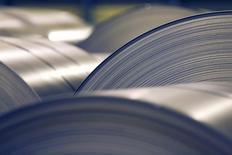 ArcelorMittal a annoncé la finalisation du rachat pour un montant de 1,55 milliard de dollars (1,1 milliard d'euros) de ThyssenKrupp Steel USA, filiale américaine du sidérurgiste allemand ThyssenKrupp. L'opération conduite par ArcelorMittal et son partenaire japonais Nippon Steel & Sumitomo Metal via une coentreprise détenue à 50-50 par les deux groupes, avait été annoncée en novembre. /Photo prise le 18 octobre 2013/REUTERS/Vincent Kessler