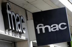 Le groupe Fnac, qui a fait son entrée en Bourse en juin dernier, a renoué avec les bénéfices en 2013, tirant ainsi les premiers dividendes de sa politique de réduction de coûts et de ventes couplées sur internet et en magasin. Le groupe affiche un résultat opérationnel de 72 millions d'euros (+13,3%) et un résultat net de 15 millions. /Photo d'archives/REUTERS/Eric Gaillard