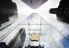 Apple a dévoilé lundi au salon automobile de Genève un système mains libres intégré aux voitures permettant de prendre le contrôle d'un iPhone pour passer notamment des appels ou accéder aux services de navigation routière en utilisant la reconnaissance vocale de Siri. /Photo d'archives/REUTERS/Lucas Jackson