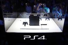 Sony annonce avoir vendu six millions de consoles de jeux PlayStation 4 à la date du 2 mars, un résultat au-delà de ses espérances. /Photo d'archives/REUTERS/Yuya Shino