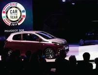 """La nouvelle compacte de Peugeot, la 308, a été élue lundi """"voiture de l'année"""" par un jury de journalistes européens spécialisés lors du 84e salon de Genève. C'est la première fois en neuf ans qu'une voiture française reçoit cette distinction. /Photo prise le 4 mars 2014/REUTERS/Arnd Wiegmann"""