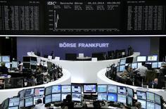 Les principales Bourses européennes ont ouvert en baisse modérée mercredi, rompant ainsi avec les grandes amplitudes qui avaient caractérisé les séances précédentes au gré de l'évolution de la situation en Ukraine. À Paris, le CAC 40 recule de 0,19% à 4.387,44 points vers 9h30. Francfort perd 0,2% et Londres 0,23%. L'indice paneuropéen EuroStoxx 50 se replie de 0,08%. /Photo prise le 5 mars 2014/REUTERS/Remote