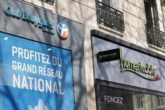 Bouygues Telecom  a engagé des négociations exclusives avec son concurrent Free en vue de lui céder l'intégralité de son réseau mobile, espérant ainsi lever un obstacle majeur à son projet de rapprochement avec la filiale de Vivendi SFR, également convoitée par le câblo-opérateur Numericable. /Photo prise le 7 mars 2014/REUTERS/Charles Platiau