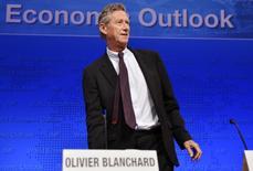 Selon Olivier Blanchard, chef économiste du Fonds monétaire international (FMI), le risque de déflation existe, tout particulièrement en zone euro. /Photo prise le 8 octobre 2013/REUTERS/Mike Theiler