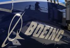 Boeing est une des valeurs à suivre jeudi à la Bourse de New York. L'avionneur américain négocie avec les compagnies aériennes indiennes Jet Airways et Air India pour la vente de 737 MAX. Le groupe a parallèlement revu en hausse ses prévisions de demande sur le marché indien pour les 20 prochaines années. /Photo d'archives/ REUTERS/Lucy Nicholson