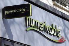 Numericable a amélioré son offre sur SFR, la filiale télécoms de Vivendi, a-t-on appris jeudi de deux sources directement au fait du dossier. Vivendi devra donc trancher entre deux propositions améliorées pour l'opérateur, le candidat concurrent Bouygues ayant confirmé qu'il avait relevé de 800 millions d'euros la partie numéraire de son offre. /Photo prise le 7 mars 2014/REUTERS/Charles Platiau