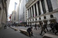 Wall Street est en hausse jeudi dans les premiers échanges, soutenue par des statistiques de chômage et de commerce de détail meilleures que prévu. Quelques minutes après l'ouverture, le Dow Jones progresse de 0,24%, tandis que le S&P-500 prend 0,21% et que le Nasdaq Composite avance de 0,27%. /Photo prise le 13 mars 2014/REUTERS/Brendan McDermid